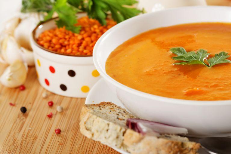 Κρεμώδης σούπα με κόκκινες φακές | vita.gr