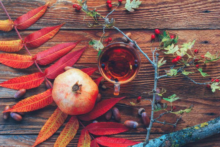 Φυσικό ρόφημα με πράσινο τσάι και ρόδι για να αποτοξινώσετε τον οργανισμό σας | vita.gr