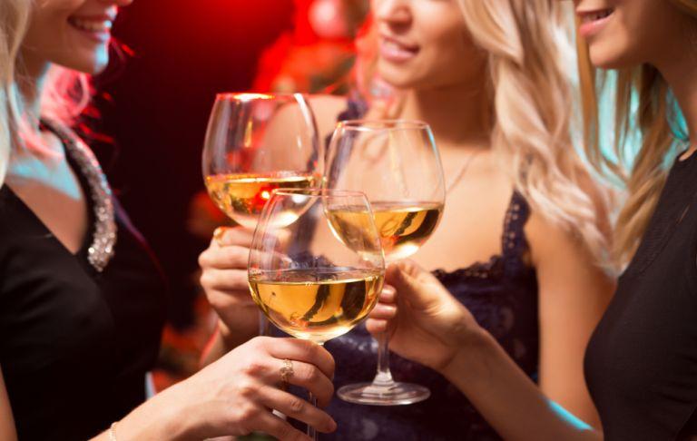 Πώς θα πιείτε σωστά αλκοόλ χωρίς να χαλάσετε τη διατροφή σας | vita.gr