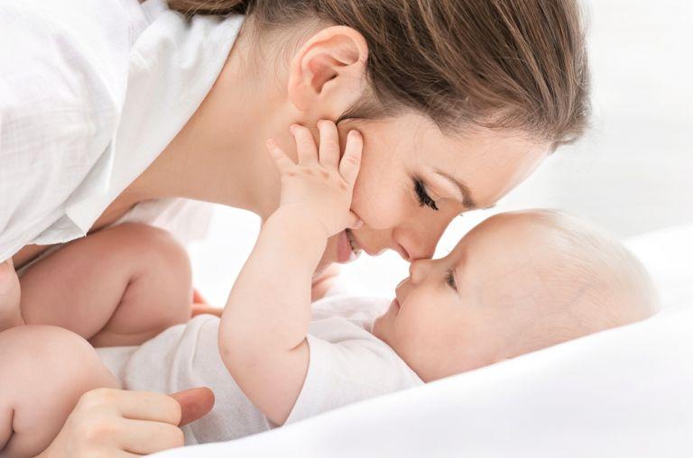 Το χάδι των γονιών ανακουφίζει τον πόνο του μωρού | vita.gr