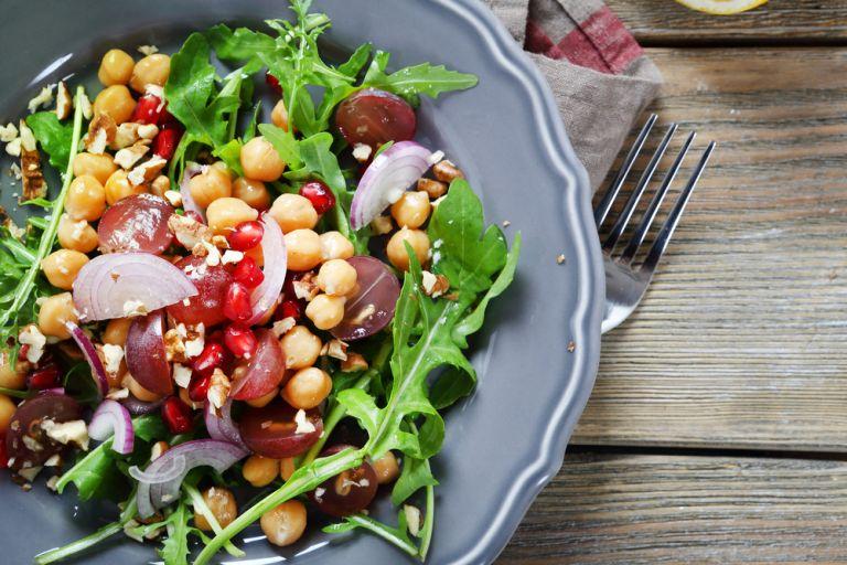 Θρεπτική σαλάτα με ρεβίθια και ρόδι | vita.gr