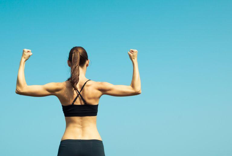Δέκα ασκήσεις για γυμνασμένα χέρια και πλάτη | vita.gr