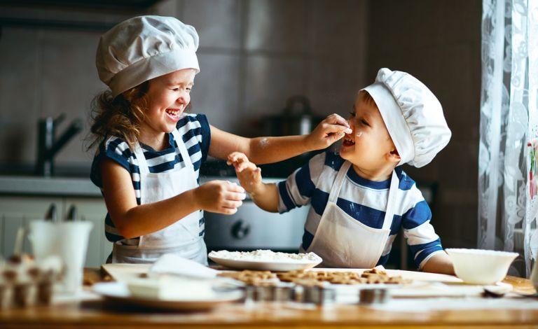 Διασκεδαστικοί τρόποι να μαγειρέψετε με το παιδί | vita.gr