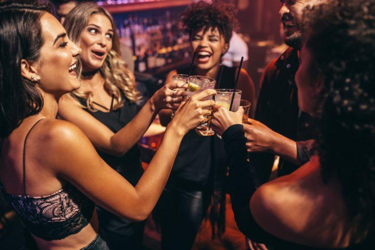 Τι να φάτε και τι όχι πριν πιείτε αλκοόλ | vita.gr