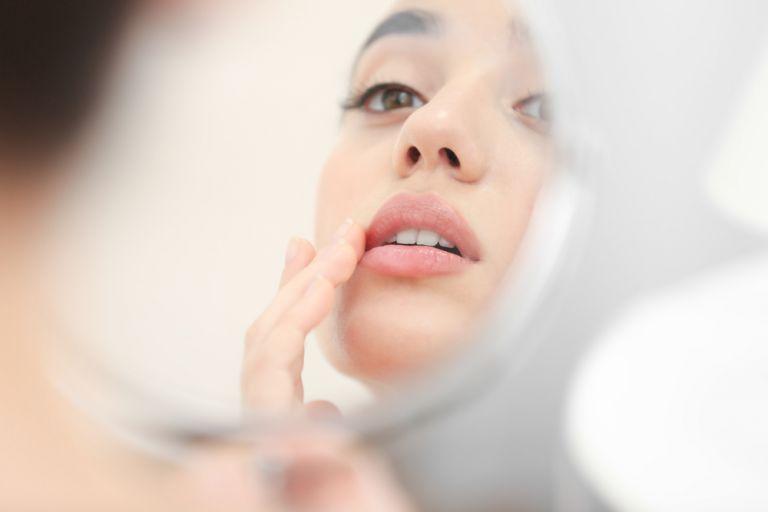 Η καθημερινή συνήθεια που αφυδατώνει τα χείλη | vita.gr