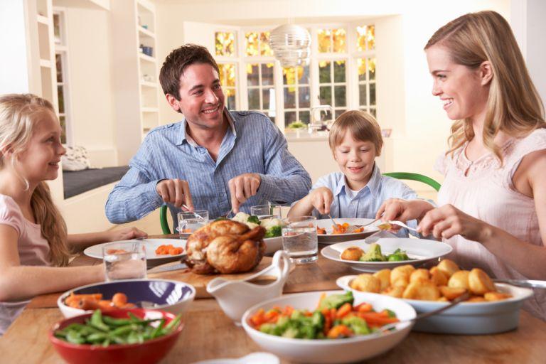 Απλά tips για να κάνετε το οικογενειακό γεύμα πιο ευχάριστο | vita.gr