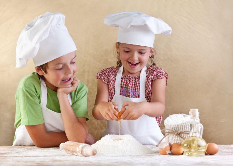 Πώς μαθαίνουμε μαγειρική στα παιδιά; | vita.gr