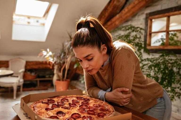 Δεν μπορείτε να αντισταθείτε στα παχυντικά φαγητά; Μυρίστε τα για 2 λεπτά και θα σας περάσει | vita.gr