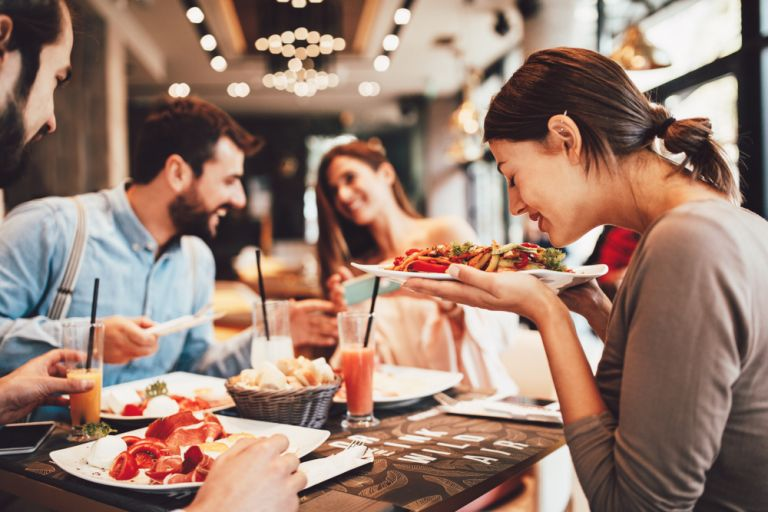 Γιατί τρώμε λιγότερο όταν είμαστε με φίλους; | vita.gr