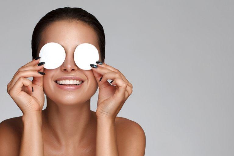 Μία αισθητικός δείχνει πώς να καθαρίζουμε σωστά το πρόσωπό μας | vita.gr