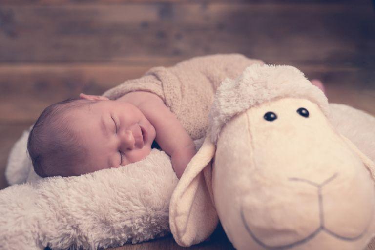 Πότε είναι ασφαλές για το μωρό να κοιμάται μπρούμυτα; | vita.gr