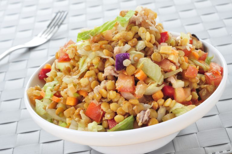 Θρεπτική σαλάτα με φακές και τόνο | vita.gr
