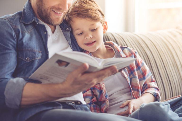 Το διάβασμα βιβλίων με τα παιδιά βελτιώνει άμεσα τις γλωσσικές τους ικανότητες | vita.gr