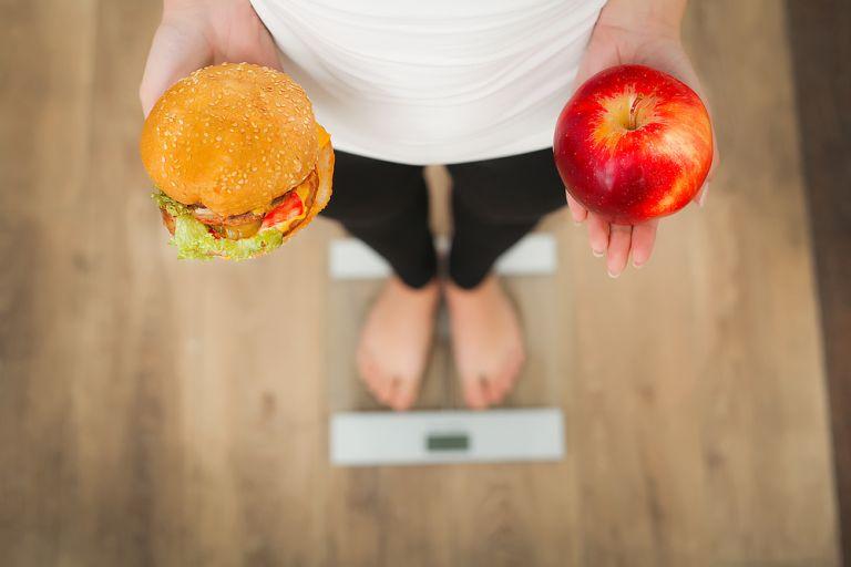 Να τρώμε λίγους υδατάνθρακες ή λίγα λιπαρά; Τι λένε οι έρευνες; | vita.gr