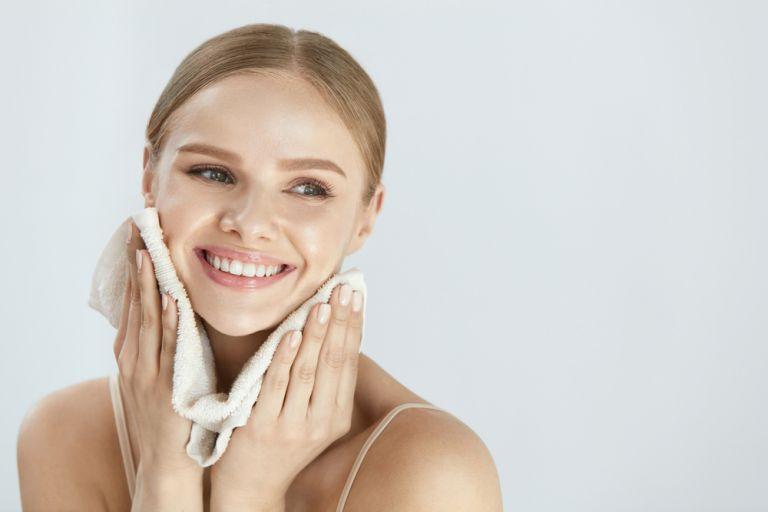 Χρειάζεστε μόνο δύο υλικά για να φτιάξετε το δικό σας καθαριστικό προσώπου | vita.gr