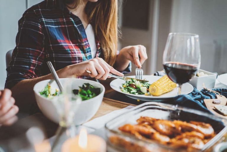 Πέντε λάθη που κάνετε στο βραδινό σας γεύμα και σας προσθέτουν κιλά | vita.gr