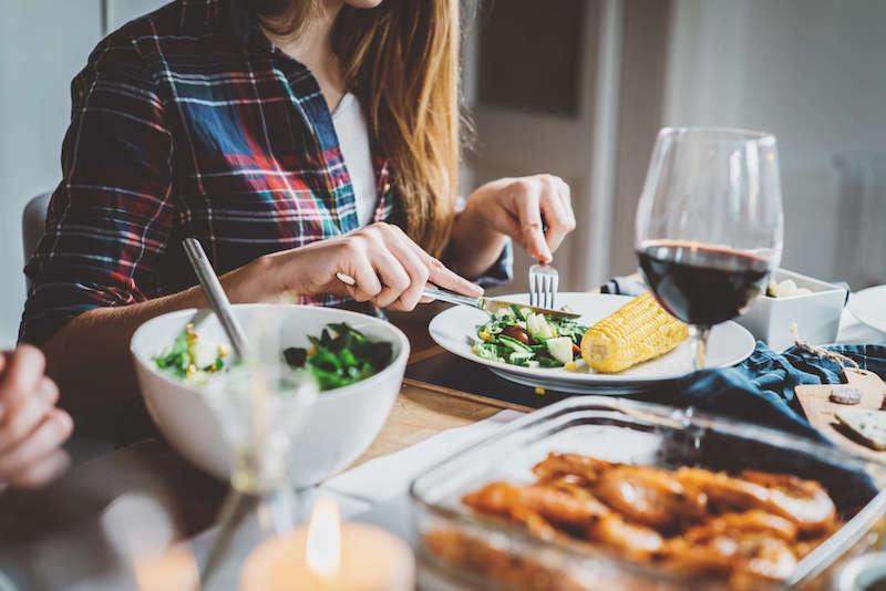7579c1ba8fef Πέντε λάθη που κάνετε στο βραδινό σας γεύμα και σας προσθέτουν κιλά ...