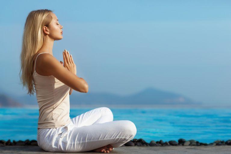 Απλές ασκήσεις γιόγκα για να ανακουφιστείτε από τους πόνους της περιόδου | vita.gr