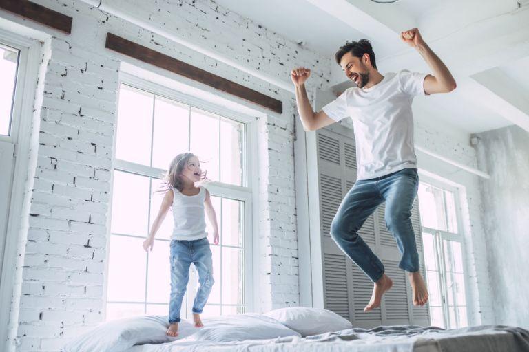 Οι μπαμπάδες είναι πιο χαρούμενοι από τις μαμάδες σύμφωνα με έρευνα | vita.gr