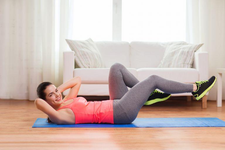 Γυμναστική στο σπίτι για να κάψετε θερμίδες και να γυμνάσετε τους κοιλιακούς σας | vita.gr