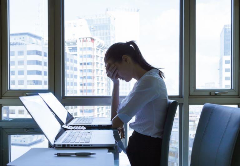Οι γυναίκες που δουλεύουν πολύ κινδυνεύουν περισσότερο από κατάθλιψη συγκριτικά με τους άντρες | vita.gr