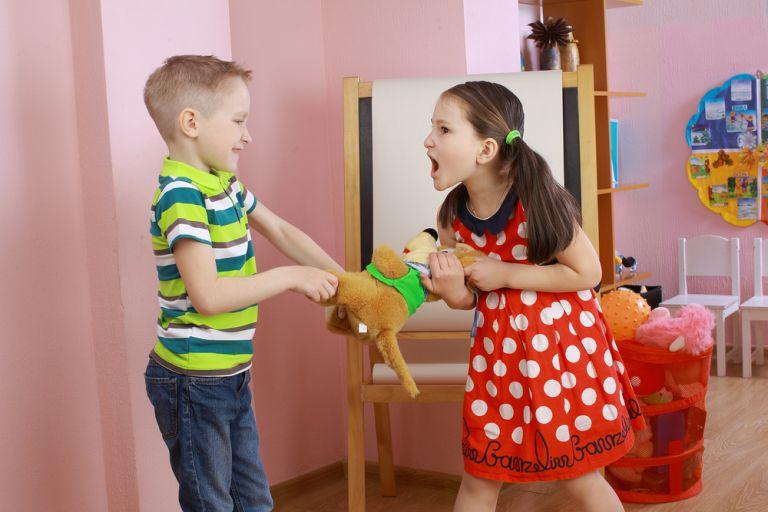 Τι να κάνετε όταν τα μικρά αδέρφια φιλονικούν συνέχεια | vita.gr