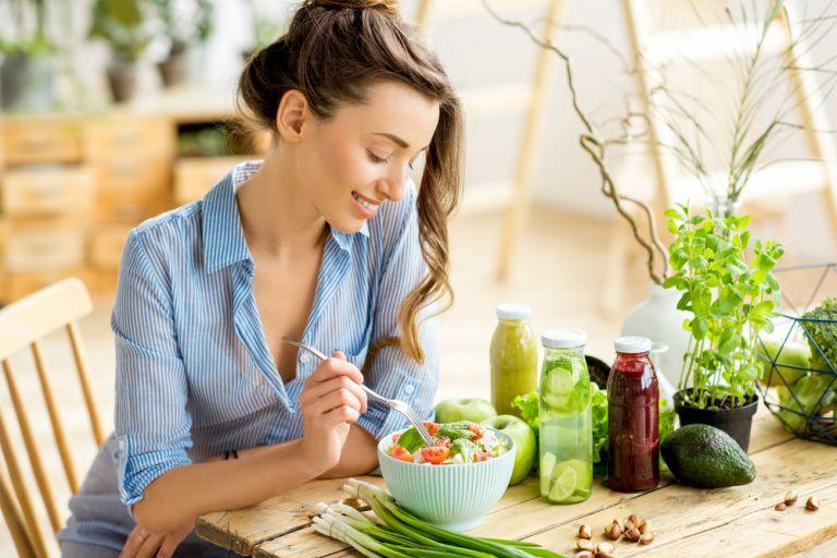Θέλετε να κάνετε πιο υγιεινές διατροφικές επιλογές; Ξεκινήστε να γυμνάζεστε! | vita.gr