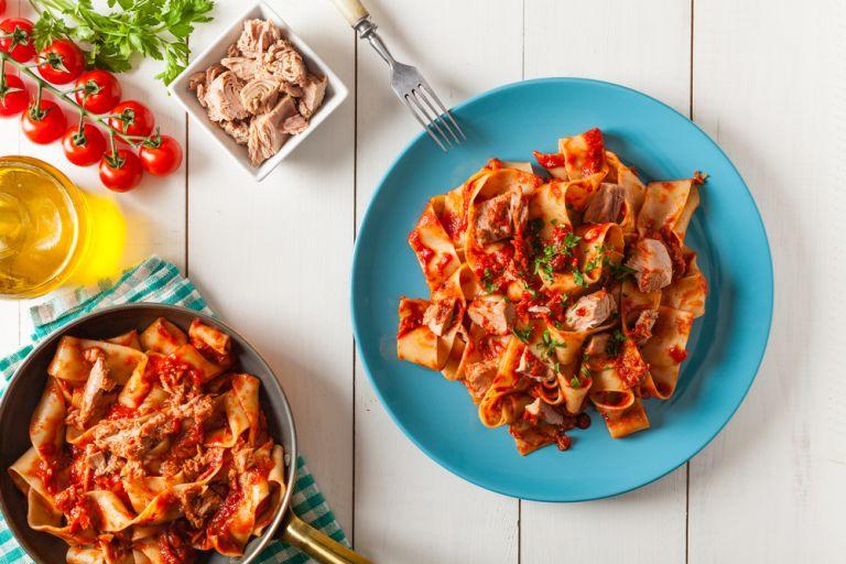 Ζυμαρικά με κόκκινη σάλτσα τόνου | vita.gr