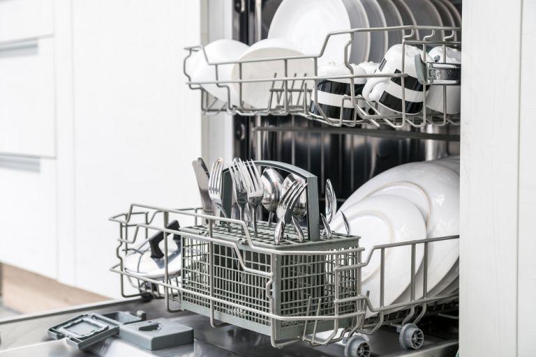 Πως μπορείτε να καθαρίσετε αποτελεσματικά το πλυντήριο πιάτων; | vita.gr