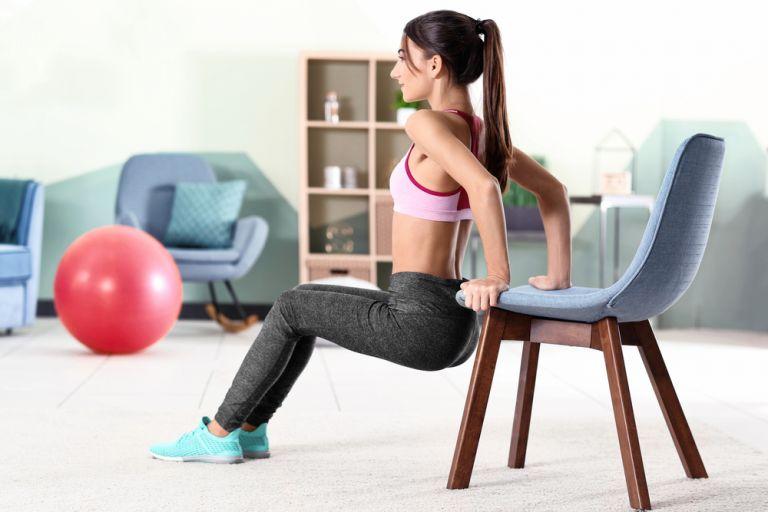 Γυμνάστε όλο το σώμα σας με μια καρέκλα | vita.gr