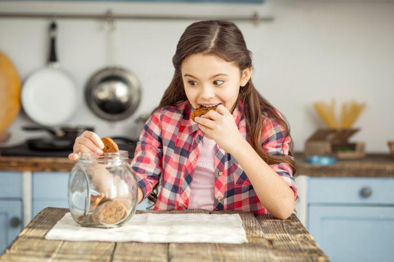 Πώς θα αλλάξετε την εμμονή του παιδιού με τα γλυκά | vita.gr