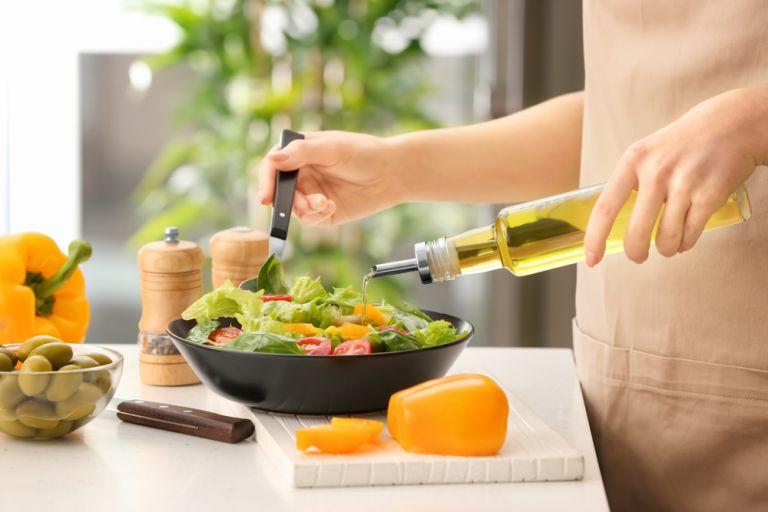 Λίγες σταγόνες ελαιόλαδο στο φαγητό μειώνουν τον κίνδυνο της θρόμβωσης στο αίμα | vita.gr