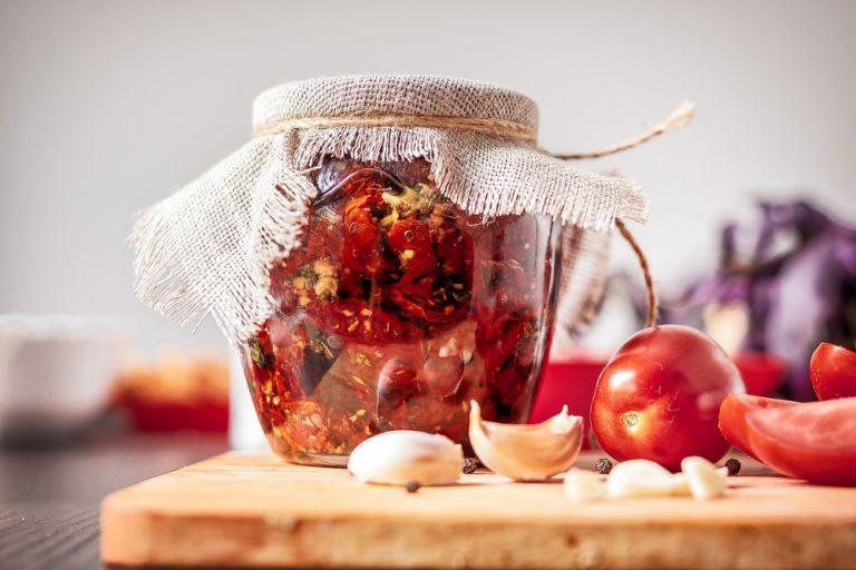 Ο πιο νόστιμος μεζές: Λιαστές ντομάτες σε βάζο   vita.gr