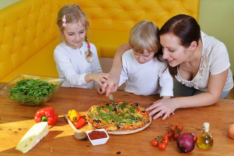 Πώς θα βάλετε λαχανικά στα αγαπημένα φαγητά του παιδιού | vita.gr