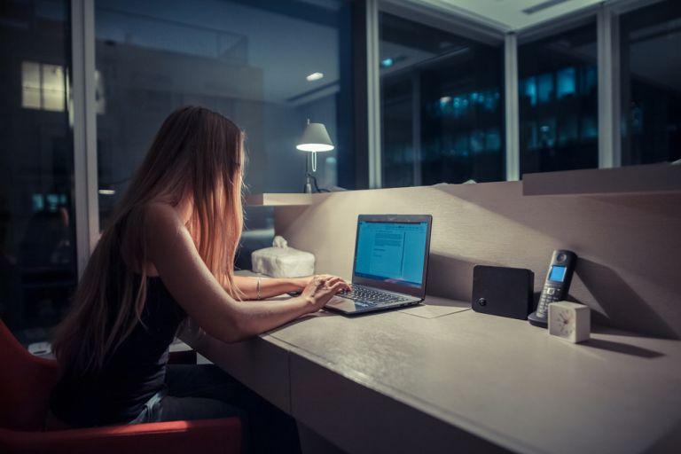 Οι γυναίκες που δουλεύουν νυχτερινή βάρδια έχουν 9% μεγαλύτερο ρίσκο για πρόωρη εμμηνόπαυση | vita.gr