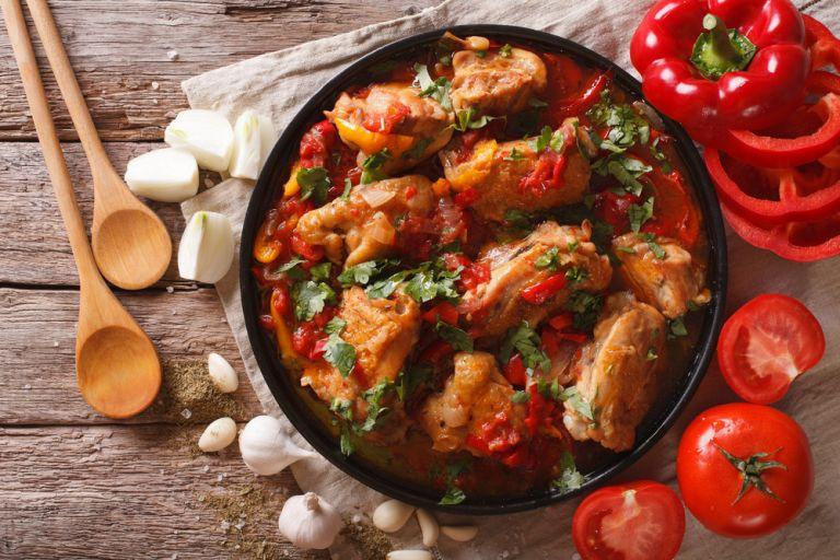 Κοκκινιστό κοτόπουλο με σκόρδο | vita.gr