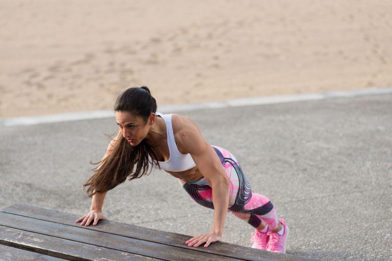 Πέντε ασκήσεις που θα ανορθώσουν φυσικά το στήθος σας | vita.gr