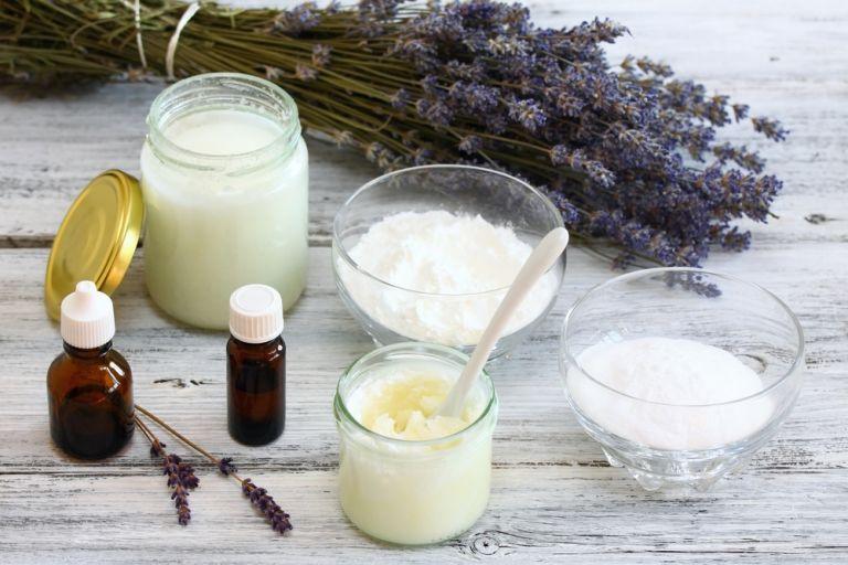 Φτιάξτε το δικό σας αποσμητικό με λάδι καρύδας και λεβάντας | vita.gr