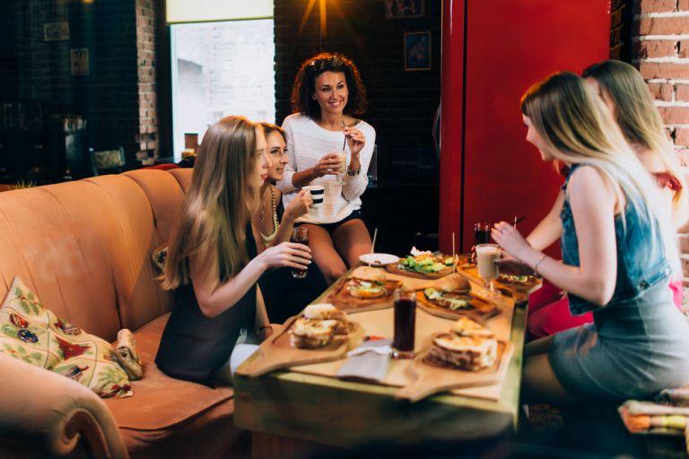 Μήπως οι φίλες σας χαλάνε τη δίαιτά σας; | vita.gr
