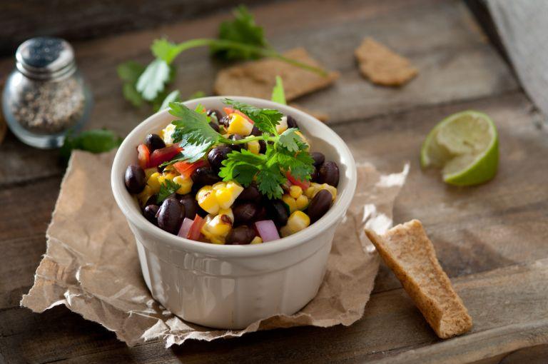 Χορταστική σαλάτα με φασόλια και καλαμπόκι | vita.gr
