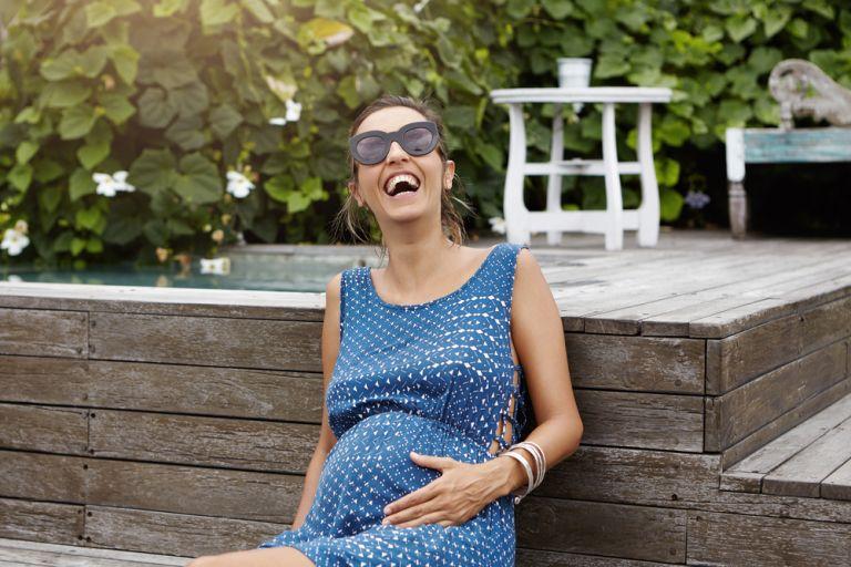 Πώς νιώθει το μωρό στη μήτρα όταν γελάτε; | vita.gr