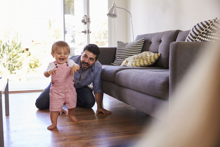 Πώς θα ενθαρρύνετε το παιδί στα πρώτα του βηματάκια | vita.gr