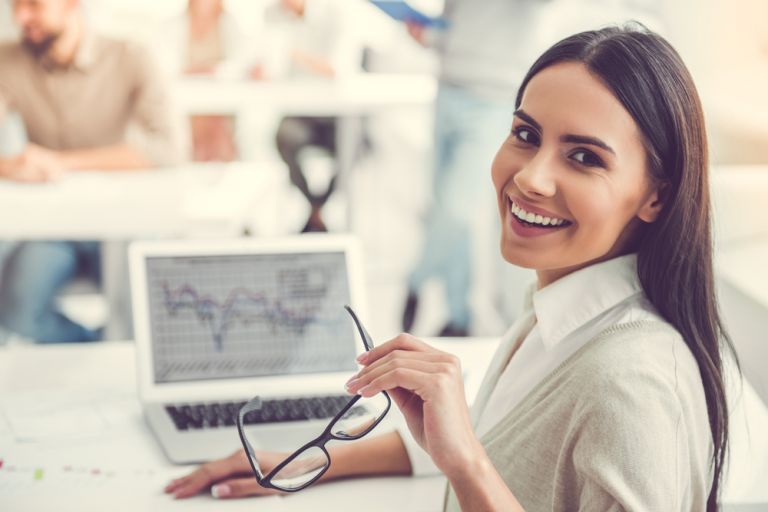 Οι εργαζόμενοι που εξυπηρετούν με χαμόγελο, πίνουν πολύ επειδή υποκρίνονται | vita.gr