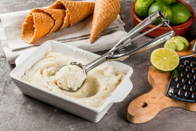 Φτιάξτε μόνη σας παγωτό με τζίντερ και λάιμ   vita.gr