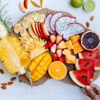 Υγιεινά σνακ με φρούτα και λίγες θερμίδες για τσιμπολόγημα