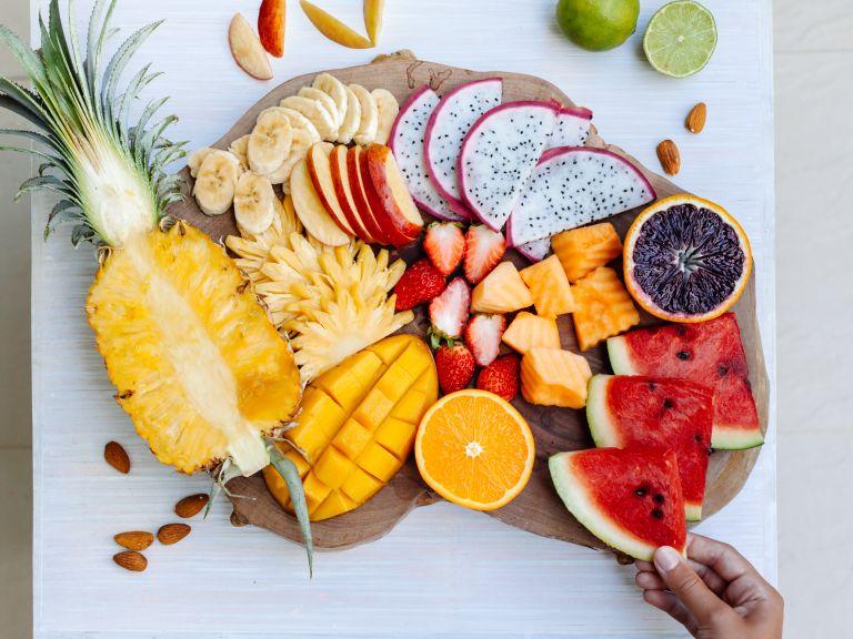 Υγιεινά σνακ με φρούτα και λίγες θερμίδες για τσιμπολόγημα | vita.gr