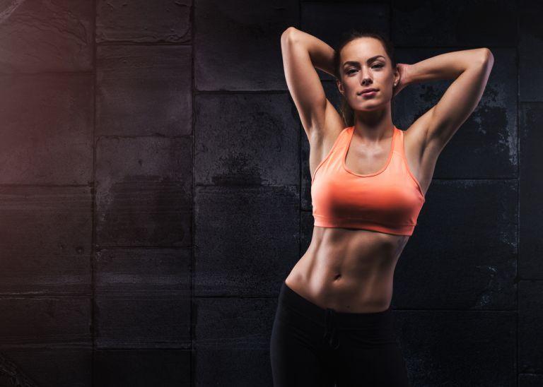 Οι ασκήσεις που γυμνάζουν ταυτόχρονα χέρια και κοιλιά | vita.gr