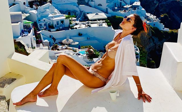 H Αλεσάντρα Αμπρόσιο απολαμβάνει τις διακοπές της στη Σαντορίνη   vita.gr