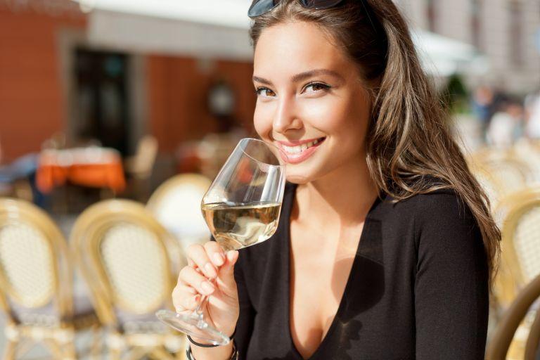 Αλκοόλ: Με ποιους τρόπους βλάπτει το δέρμα σας | vita.gr
