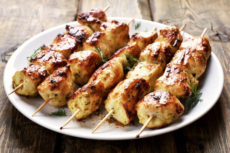 Σουβλάκια κοτόπουλου με πέστο | vita.gr